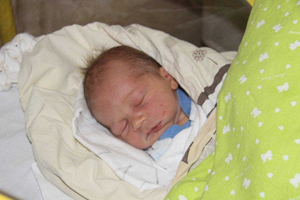 JINDŘICH ŠTOLC, VIMPERK. Narodil se ve středu 4. prosince v 11 hodin a 15 minut v prachatické porodnici. Vážil 4340 gramů. Má brášku Benjamína (2,5 roku). Rodiče: Erika a Honza. Foto: Deník/Nikola Beranová
