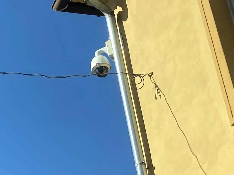Kamera na nárožním domě v ulicích Jánská a Zlatá stezka.
