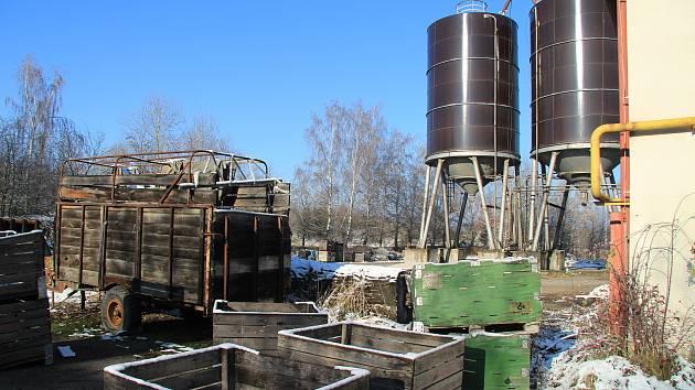 Areál bývalého Agrochemického podniku ve Lhenicích, kde již začala likvidace nebezpečných látek. Jde už o druhou etapu.