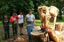 Připomínkou letošního Setkání dřevosochařů ve Vimperku budou další dřevěné plastiky, které budou současně sloužit i jako lavičky. Přesně v duchu zadání: Posezení v umění.