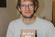 Dobrodruh Tadeáš Šíma se svou knižní prvotinou doma v Prachaticích.