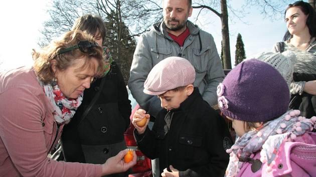 Pojmu pekání vajec nerozumí nikde jinde v České republice i za jejími hranicemi, než v Prachaticích. Tradici pekání vajec se podařilo udržet do dnešních dnů.