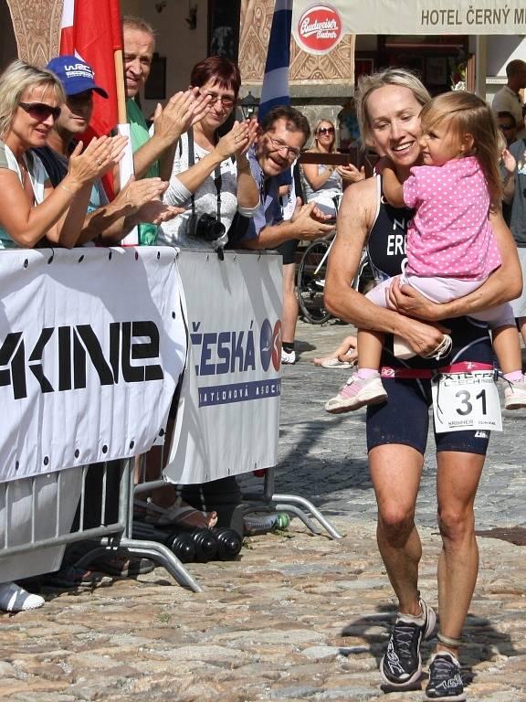 Helena Erbenová doběhla jako první žena v kategorii Elite v Prachaticích i s dcerou v náručí.