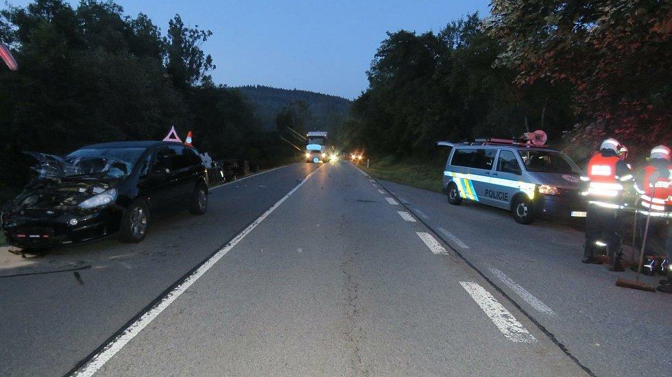 U Vimperka nejdříve havaroval kamion, který porazil betonový sloup. Za chvíli do sloupu narazilo osobní auto.