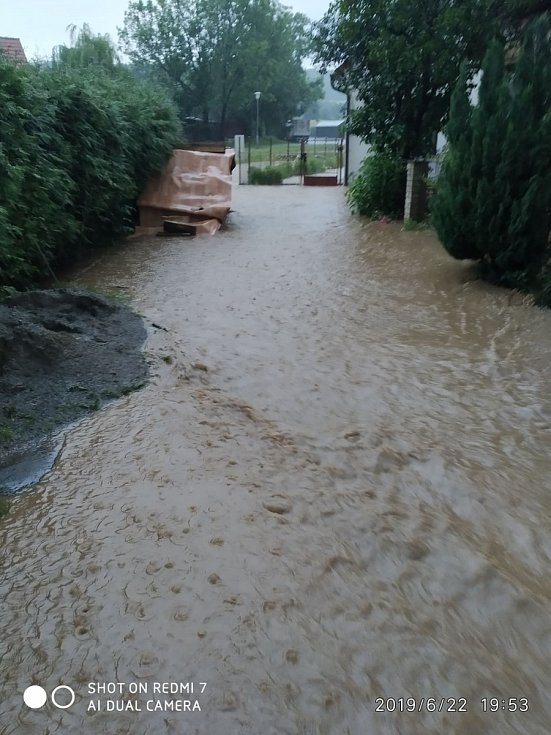 V Chlumanech zalila několik domů voda z rozvodněného potoka a rybníka.