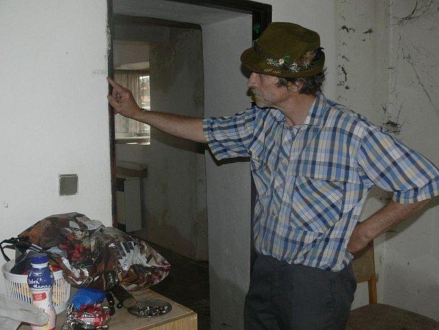 Václav Zušťák z Husince ukazuje, kam v jeho domě sahala voda při povodních před sedmi roky.