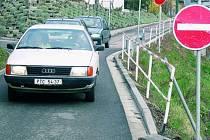 RYCHLÁ REAKCE. Již 4. dubna dopoledne zareagovala policie na komplikace v ulici Na Vyhlídce a Vodňanské. Nyní budou moci řidiči jet pouze jedním směrem a to z ulice Na Vyhlídce.