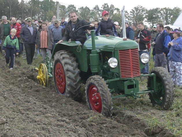 ORBA TAKŘKA PRVOREPUBLIKOVÁ. V sobotu odpoledne vyrazilo do Mahouše několik stovek lidí. Všichni se přijeli podívat na staré traktory a ukázku orby.