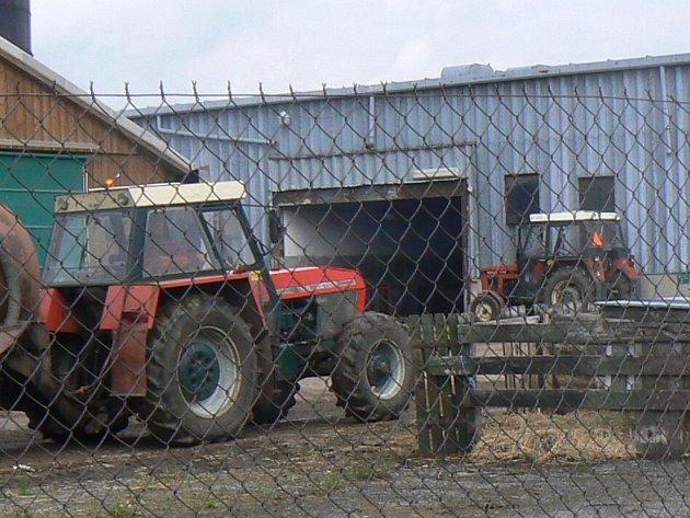 Prachatičtí a netoličtí hasiči vyrazili do akce. Vinou technické závady začal totiž hořet traktor značky zetor. Ilustrační foto.