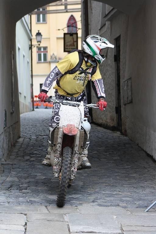 Doprovodná motorka uvádí čelo cyklistické části.