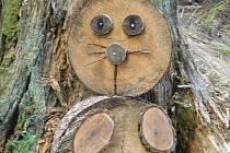 Na Stezce lesních skřítků potkáte třeba dřevěné zajíce a domečky z přírodních materiálů.
