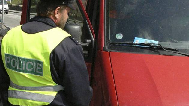 Policisté kontrolovali váhu aut.