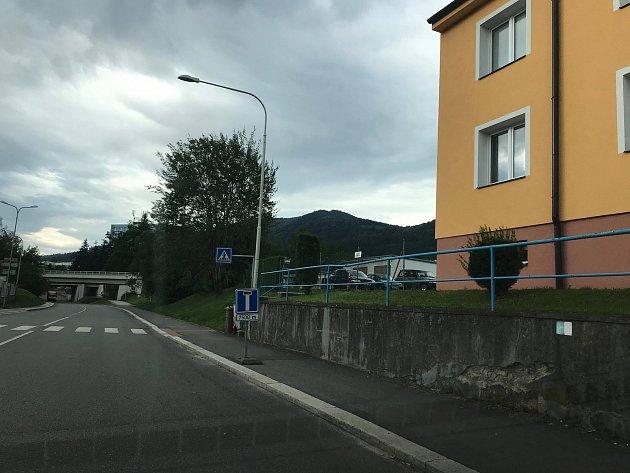 Druhé upozornění, že silnice je od Chrobol slepá, najdou řidiči před viaduktem v prachatické ulici Krumlovská.
