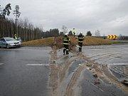 Zásahy hasičů v úterý 16. ledna. Dopravní nehoda nákladního vozidla u Týna nad Vltavou.