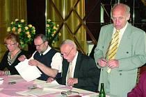 Na jednání ohledně splouvání Teplé Vltavy jsou připraveni zleva také starostka Borových Lad Jana Hrazánková, starosta Modravy Antonín Šubrt, hejtman jihočeského kraje Jan Zahradník a předseda Klubu českých turistů  a předseda Rady NP Šumava Jan Stráský.