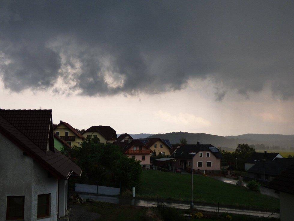 Bouřka se přehnala nad Strunkovicemi nad Blanicí a zůstaly po ní na zemi kroupy.