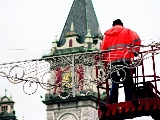 Města již jsou vánočně vyzdobena.