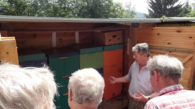 Prachatičtí včelaři se školili u přítele Jana Häuslera.