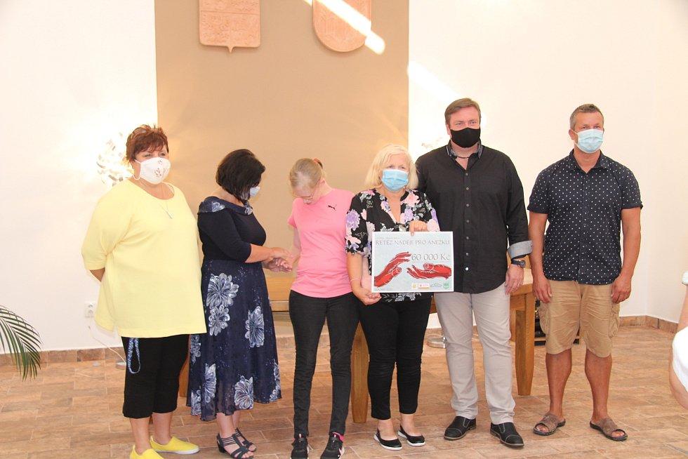 Peníze Anežce a její mamince (uprostřed) předali (zleva) Vlaďka Laschová z DDM, místostarostka Jana Bártová, starosta Vít Pavlík a Tomáš Zámečník, spolumajitel firmy, která vybranou sumu zdvojnásobila.