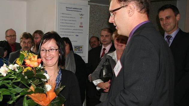 Květinu od ředitele Michala Čarvaše dostala primářka LDN Lenka Viličková.