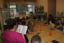 Dušičkový program doplnily knihovnice z Volar, které pro čtení vybraly knihu Strašidla z Nerudovky.