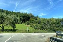 Přes hlavní silnici na Volary lidé přecházejí, aby se dostali k Areálu lesních her na Lázních sv. Markéty.