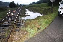 Voda podemlela část kolejí nad Průmyslovou zónou v Prachaticích.