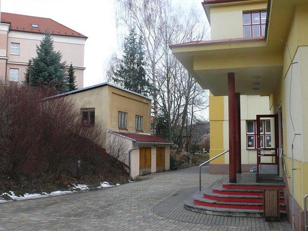 Objekt na školním dvoře, který chce Vodňanka využít pro zájmovou činnost.