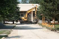 Před Základní školou ve Volarech se opravuje přístupový chodník.