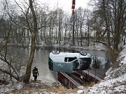 Zásahy hasičů v úterý 16. ledna. Vytažení osobního auta z rybníka u Sudoměřice u Bechyně.