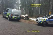 Kriminalisté zveřejnili fotografie z místa nálezu mrtvého muže.