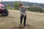 Novináři dostali možnost prohlédnout si péči o louku, kde hořeček roste. Zemědělec Jiří Mikeš.