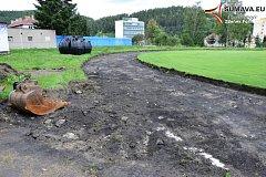 Stavební firma se pustila do oprav atletického oválu na stadionu. Hotovo bude v září.