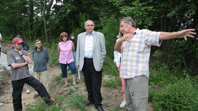 Josef Matoušek (vpravo) ukazuje, kudy měla původně vést přístupová cesta k jeho pozemkům.