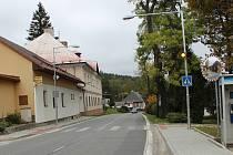 Na hlavním tahu silnice směrem k hraničnímu přechodu v Lenoře přibyl semafor. Děti mohou do školy bezpečněji.