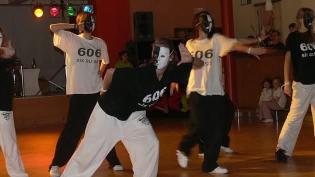 Tanečníci z celé České republiky se sjeli na další ročník Dance manie do sálu Národního domu v Prachaticích, kde se jich představilo na tři sta.