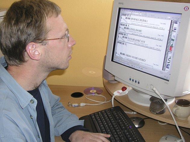 Petr Moravec při sestavování programu na červenec