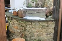 Studna ve Lčovicích, která je zdrojem vody pro dům.