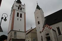 Městská zvonice a kostel Navštívení Panny Marie, které stojí v těsném sousedství ve spodní části náměstí Svobody ve Vimperku, čeká v letošním roce oprava.