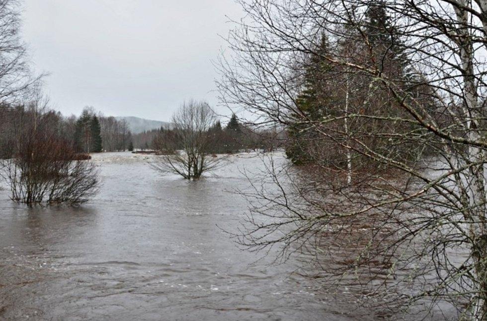 Rozvodněná Vltava u Soumarského Mostu a Černého Křiže.
