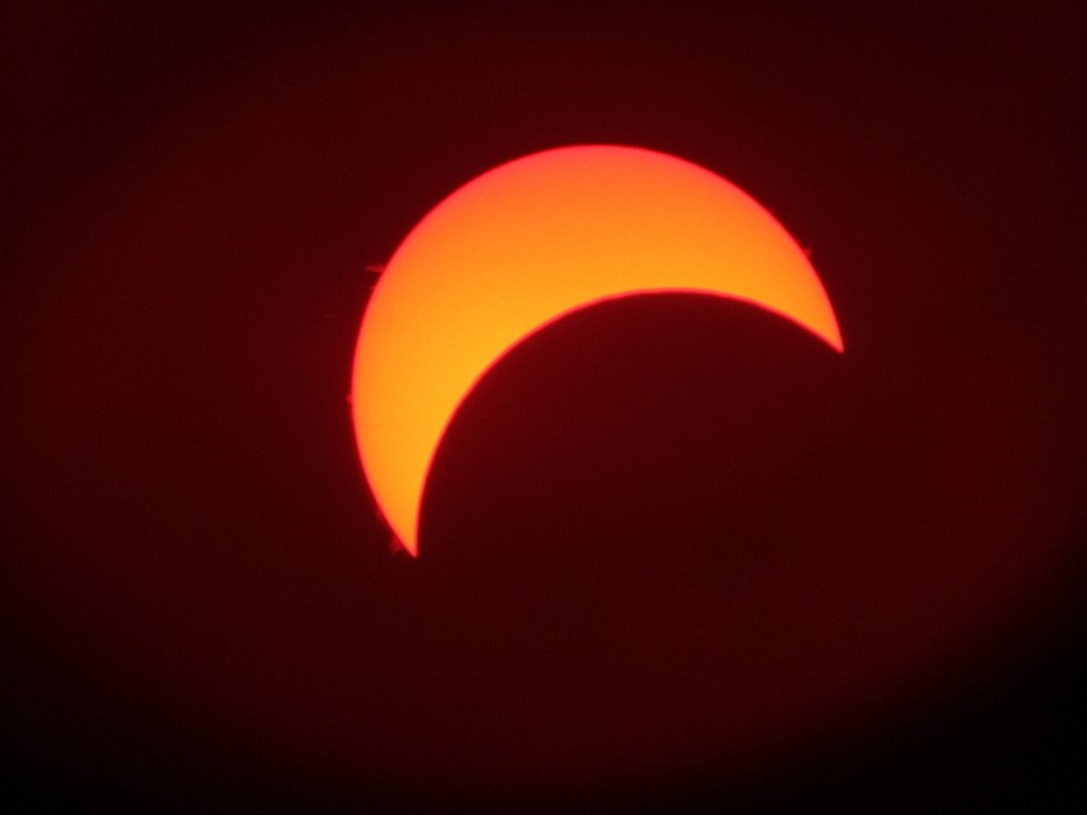 Tak vypadalo částečné zatmění Slunce v 10:33 přes objektiv dalekohledu hvězdárny.