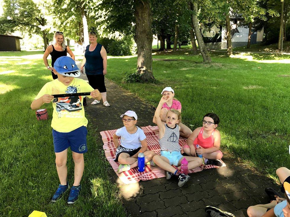 Beseda vimperských městských strážníků s dětmi na příměstském táboře.