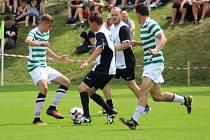 Vacovští fotbalisté (pruhované dresy) prohráli v Bavorovicích 2:3. Ilustrační foto.