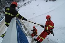 Cvičení lezecké skupiny prachatických hasičů na Husinecké přehradě.