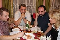 Na Kovárně měli porotci těžké rozhodování, vybírali nejlepší utopence a nakládané sýry.