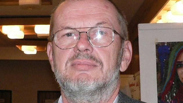 Ředitel Základní školy ve Lhenicích Karel Bican.