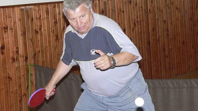 V AKCI. Veteránský mistr světa v kategorii do 65 let Jaroslav Kunz v akci při tréninku v prachatické herně.