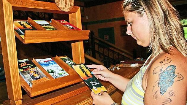 Národní park připravil pro infocentra i hotely stojany s letáky