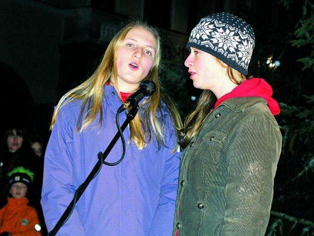 ADVENT ODSTARTOVAL. Barbora Szpuková (vpravo) společně s Šárkou Vaňkovou zahájily kulturní program letošního zahájení adventu. Barbora byla pak navíc starostou města požádána o rozsvícení vimperského vánočního stromu.