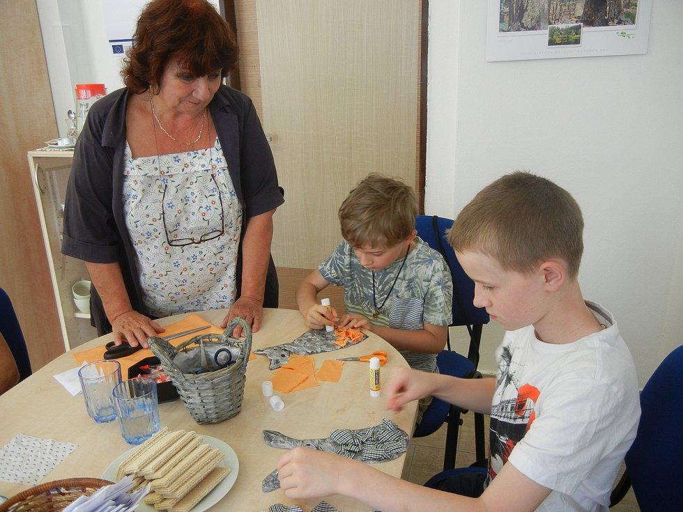 Věra Vávrová, majitelka vimperské firmy VAVI, učila děti pracovat s látkou.
